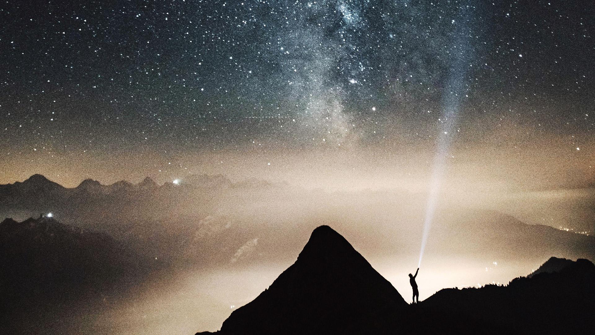 Propositions Ugict-CGT - Photo homme éclairant un ciel étoilé - Dino Reichmuth